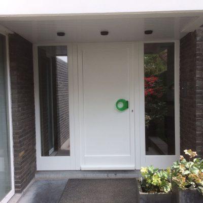 houten voordeur met zijlicht